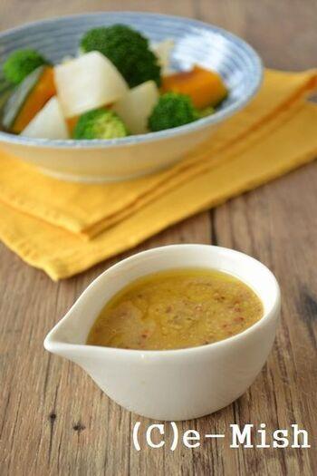 お味噌と粒マスタードを使用したコクのある風味のドレッシング。今流行りのえごまオイルを使ってヘルシーに。