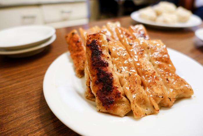 こちらが人気の「餃子」。一般的な餃子と違い、左右が開いたまま棒状に焼いてあるのが特徴。モチモチの皮に包まれた餡は生姜が効いていて、さっぱりとした味わい。パクパク何個でも食べられる美味しさです。