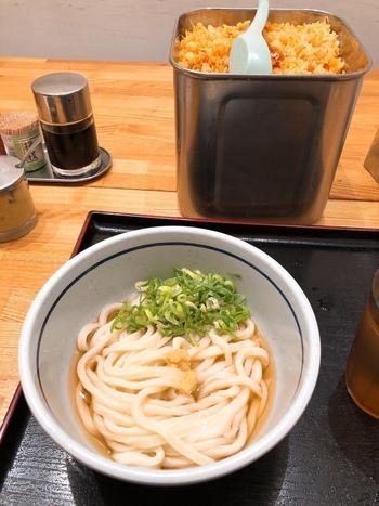うどんの味をシンプルに楽しめる「ぶっかけうどん」。もちもちした麺に風味豊かな出汁がよく絡んで、ツルツル食べられます。天かすと生姜はお好みでかけ放題です。