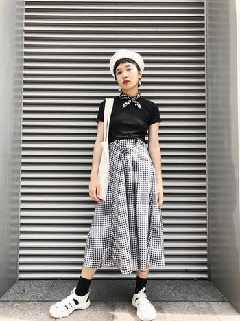 モノトーンで統一したパリジェンヌ風スタイルに、リボンのようなプチスカーフが可愛いです!