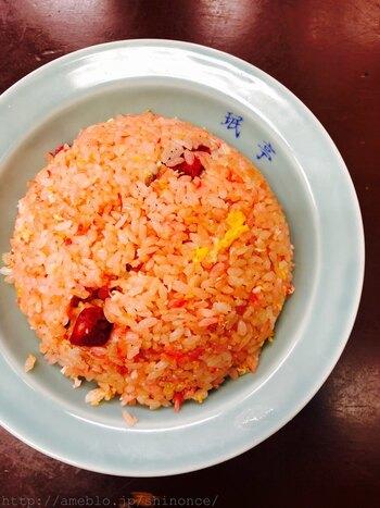 人気の「炒飯」。まず驚きなのはその見た目。赤い食紅を使った焼豚をつかっているため、ご飯全体がピンク色になっているそう。味はしっかりとした味付けで食べ応え抜群です。