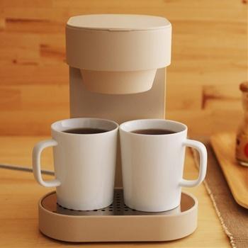 ほっとひと息つきたい午後におすすめなのが、2カップ入れられる日本のブランド「±0(プラスマイナスゼロ)」のコーヒーメーカー。シンプルなデザインに、横幅17cmのコンパクトサイズで置き場にも困らない。活性炭フィルターとシャワーノズル仕様で本格的なコーヒーが楽しめます。コーヒーメーカーにぴったりサイズのカップも2つ付いてきます♪