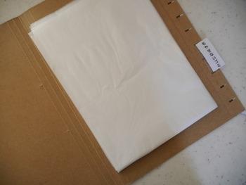 こんなふうにゴミ袋をフォルダーの間に挟んで、ファイルボックスにハンギング。