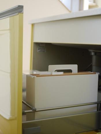 こちらのブロガーさんは、無印の持ち手付きファイルボックスを袋類の収納に活用しているそうです。キッチンのシンク下にも収まるサイズで便利ですね。