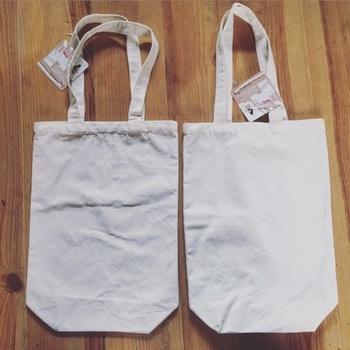 セリアの無地の布バッグ。このまま使っても良いのですが、無地だと少しさびしいのでステンシルでデコります。
