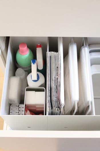 無印のファイルボックスにすっぽり入れて、シンク下の引き出しに収納。野菜くずなどを捨てる際に使う古新聞も一緒に入れておくと便利です。