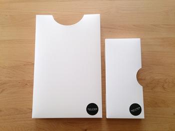 インテリアブロガーさんに人気の、「monotone」のキッチン消耗品用ケース。ビニール袋などを2つ折りにしてケースに入れて、蓋を閉じれば、上の穴からスッと引き出せるという便利グッズです。