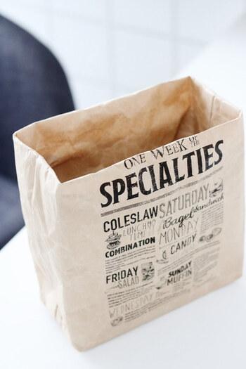 ナチュラルな素材感と英字プリントで人気のセリアのクラフトバッグ。意外としっかりしていて自立するので何かと便利。