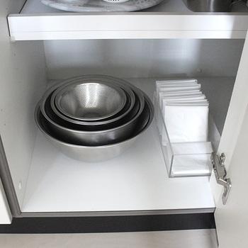 こちらのブロガーさんは、料理の際の食材の下ごしらえを楽にするために、ボウルとレジ袋を使ったゴミ入れを活用しているとか。よく使うもの同士、セットにして収納しておくと便利ですね。