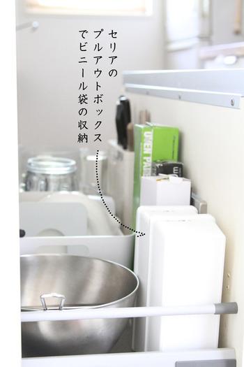2つのプルアウトボックスに大小のレジ袋を分けて収納。ネームテープを貼って、シンク下に立てておくと場所を取らず便利ですね。