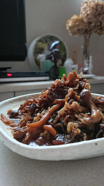 甘辛く煮付けた牛肉も、ついごはんが進んでしまうおかずのひとつですよね。こちらのレシピは、白米に合うようしっかり濃い味のたれで仕上げます。最後に混ぜ合わせる鰹節が、さらに味を深めてくれますよ。