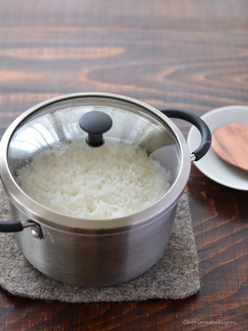 スイッチひとつでごはんが炊ける炊飯器はやっぱり便利なのですが、お鍋で炊いてみたらその美味しさにはまってしまったという声もよく聞かれます。火加減を見ておく必要はあるものの、浸水さえしておけば20分で炊ける鍋炊きごはんは意外に簡単。蓋付き鍋でぜひ試してみて下さい。