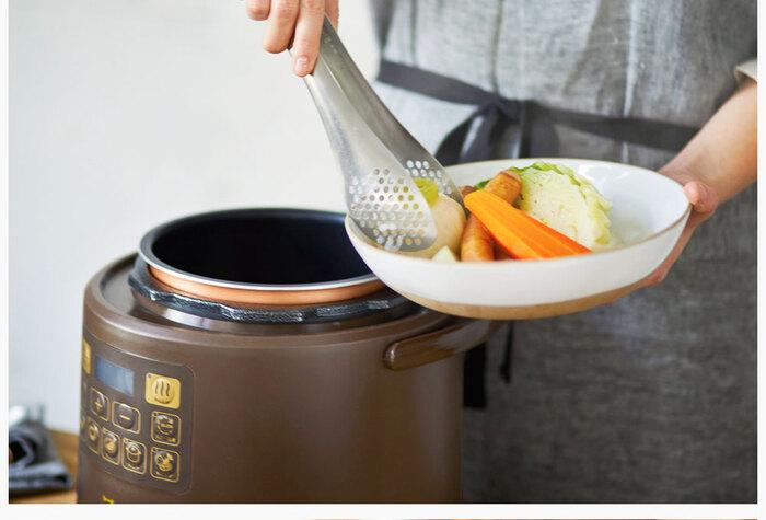 カレーや肉じゃが、煮込み料理など、材料を入れてボタンを押すだけで調理できちゃいます。調理完了後は、自動で保温モードに切り替わるのも便利なポイントです。これで約3人分の調理が一度にできます。コンパクトなサイズ感と、丸みのあるフォルムが可愛らしいデザインなので、圧力鍋のイメージがしないかも。小さなお子さんがいて、火を使うのも心配、というおうちでも重宝しそうです。