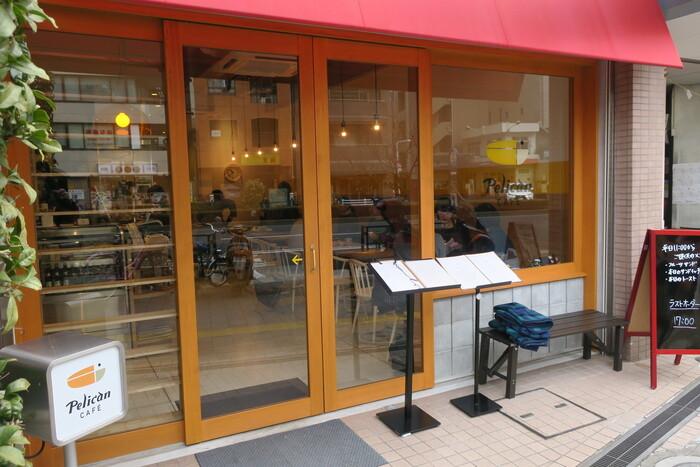 「ペリカンカフェ」は、浅草・田原町の老舗パン屋「パンのペリカン」の直営カフェ。美味しいパンを使ったカフェメニューが味わえるとあって、土日は行列ができるほどの人気店です。ハムカツサンドは、店内はもちろん、テイクアウトも可能なので、お土産にもぴったりです。