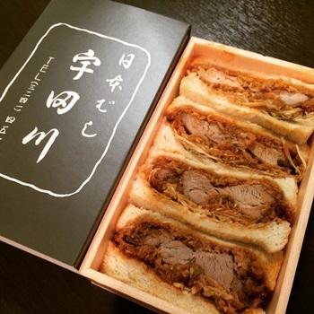 """「宇田川」の""""特製お土産カツサンド""""は、トーストしたパンに濃い口のソースをからませたヒレカツとシャキッとしたキャベツを挟んだサンドイッチ。テイクアウトのみで提供されている、お腹も大満足する大きめサイズの一品です。"""