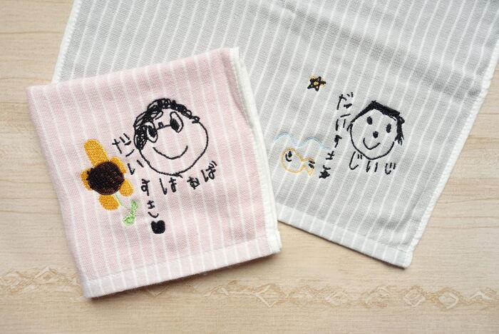 イラストそっくりに刺繍を施した、タオルハンカチです。実用性があって、かさばらず、ちょっとしたお出かけ時でも携帯しやすい相アイテム。こちらも喜ばれやすいですよ。  オーダーは、「スマホケース」と同じく、イラストを撮影して、その写真を送れば、受け付けてくれます。こちらの刺繍ハンカチの作家の「Sisyu Koubou by CTU」では、約2週間程度の納期となっていますよ♪