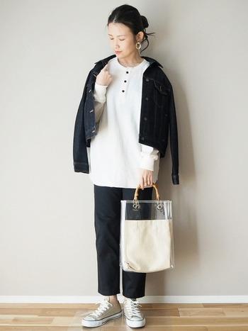 少し肌寒くなってきたらデニムジャケットを羽織って季節感を。メンズライクな着こなしをするときは、イヤリングやバッグなど、小物アイテムに女性らしさを感じるデザインをプラスするとバランスがgoodです。