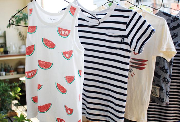 放っておくと、いつの間にか、タンスから溢れだしてしまう子ども服。うまく管理できない理由のひとつとして、子どもの成長とともに、少しずつ大きなサイズの服を購入し、そのまま保管してしまうということが挙げられます。決められたターム毎に、今、着ている服とサイズアウトした服をしっかり分けて、違う場所に保管しておくと分かりやすいですね。