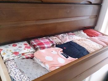 兄弟の服やおさがりでいただいた服など、まだ大きくて着られないけれど、いずれ着るという服は、サイズ毎、季節毎に分けておくと取り出すときに分かりやすいですね。  使う時まで保管しておくだけなので、引き出しや箱などにぎっしりつめても大丈夫。サイズを記載したメモを添えるなど、一目で分かるようにしておきましょう。