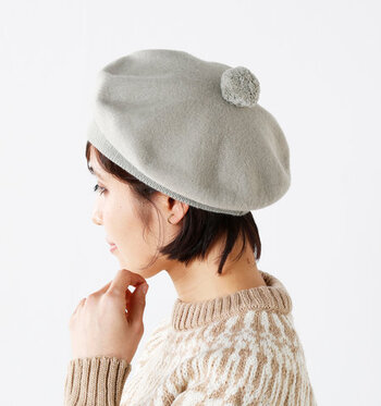 コーデにトレンド感を加えてくれるだけでなく、抜け感を出したり、目線を上に上げることでスタイルアップを図れたりもするベレー帽。ぜひコーデにプラスしてみてくださいね。 他のアイテムと色味を揃えると、被り慣れていなくてもしっくりなじませやすいですよ。