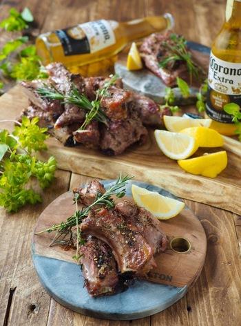 ハーブや調味料とともに漬け込んだスペアリブを、オーブンで焼きます。レモンをたっぷり搾って、爽やかに♪ワインにも合う、おしゃれで大人好みの味わいです。