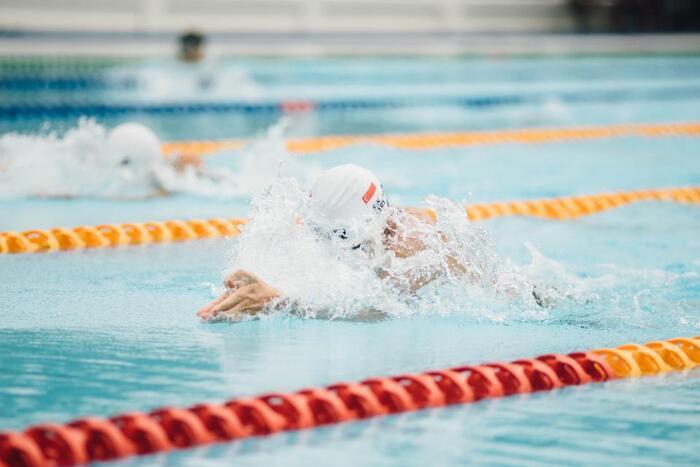未経験者でも実は始めやすいのが「水泳」。スポーツジムや地域の施設など、身近に水泳ができる施設もたくさんあります。どうしても泳ぎは苦手…という方は、水中ウォーキングでも十分運動不足解消になりますよ。