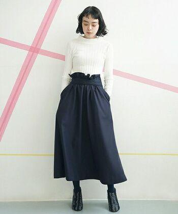 白のニットに黒のスカートを合わせたレディなコーディネートには、パールのアクセサリーや天然素材のブローチなどが良く合います。