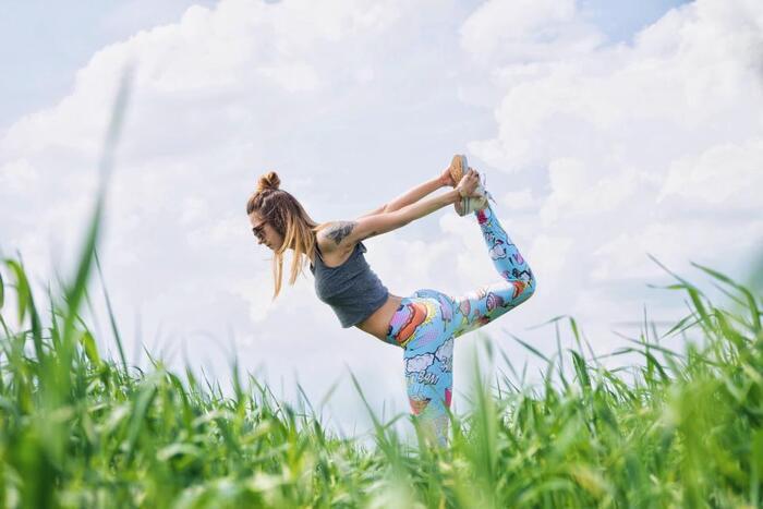 自宅でも気軽にはじめられる「ヨガ」。激しい動きが少ないので、体力に自信がないという方にもおすすめです。しなやかな身体を作るだけでなく、普段の姿勢やしぐさ、精神面も鍛えられるエクササイズです。