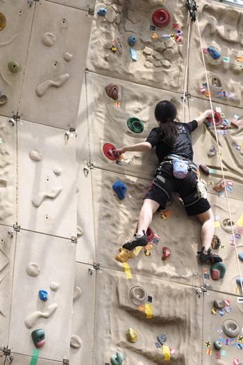オリンピック種目にもなり、すっかり人気のスポーツとして定着した「ボルダリング」。ホールドと呼ばれる石を持ち手・足場にしながら登っていきます。使って良いホールドがコースによって決められているので、身体だけでなく頭も使いながら楽しめるスポーツです。