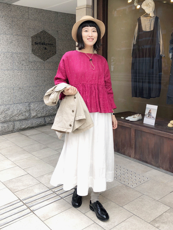 トップスを赤にするだけで一気に華やかな印象に。白など優しい色との相性が良いので、白スカートや白パンツと合わせてコーデを作ってみましょう!