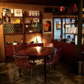 オーナーの1人であるビンテージ家具のプロが、ノルウェーを中心に集めた、ビンデージ家具や食器、雑貨を店内でそのまま使用しています。気になる家具や雑貨は、相談により購入も可能なのだとか。