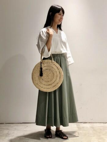 淡いグリーン色が女性らしいフレアスカート。これ1枚あれば上品な印象になりますよ。大きめなサークルバッグを合わせれば、コーデをさらにアップデートしてくれます。