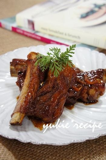 甘辛いはちみつ醤油煮に黒酢を加えることで、さっぱりと柔らかく、そしてヘルシーに。生姜も爽やかさを添えます。はちみつは照りもよく、食欲をそそりますね。