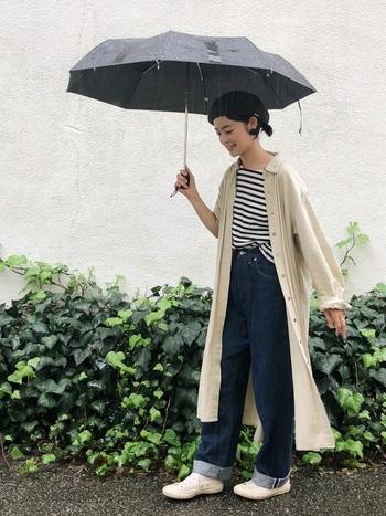 コートと着るほど寒くはない初秋には、ベージュのシャツワンピをトレンチ風に着こなして。ボーダーTシャツをインナーに仕込めば、パリジェンヌのような雰囲気。