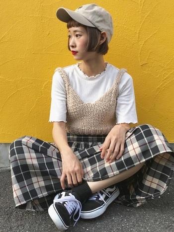 まだまだ暑い秋口には、キャミソールタイプのニットをオンして、さりげなく秋らしさを。白のTシャツが、ニットの魅力を引き立てています。