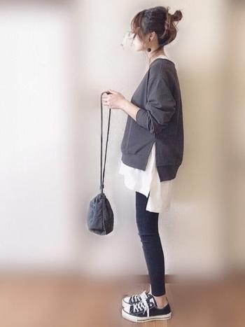 裾のカットが印象的なスウェットに、同じカットのTシャツをインナーで差し込んで。Tシャツが加わることで、シンプルコーデにメリハリが生まれます。