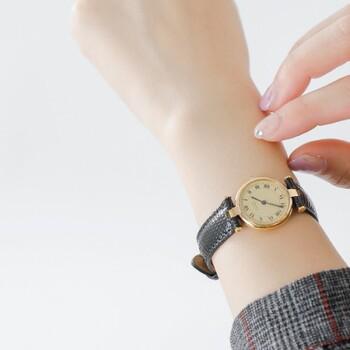 カジュアルなコーデの袖口から上質な「腕時計」が覗くと、なんだか洗練された女性に見えるもの。高級なものは簡単には手に入れられませんが、お気に入りを相棒のように、いつも身に着けたいですね。