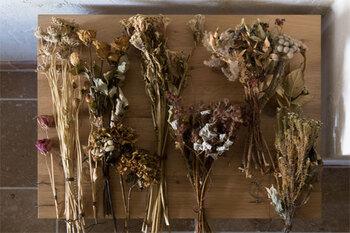 秋色のドライフラワーを飾るだけで、お部屋の空気が一気に秋の装いに。お気に入りのお花をドライにして、自分好みの秋のインテリアを存分に楽しんでみて下さいね。