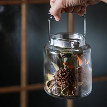 大きめの瓶に閉じ込めたドライフラワー。大小のお花を使うことで、メリハリがついてカッコいい出来上がりに。