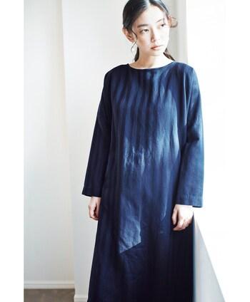 襟の開き具合が優しいストライプ織りのチュニックタイプのワンピースは光に合わせてラインがわかる表情豊かなアイテム。