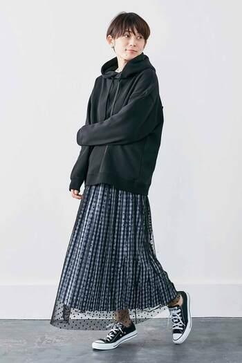 少し大きめのパーカーに合わせるだけでこんな雰囲気のあるおしゃれなスタイルに!ネイビーカラーだからこそ品よくまとまりますね。秋の着こなしにスパイスをプラスしたい人にオススメのアイテムです。