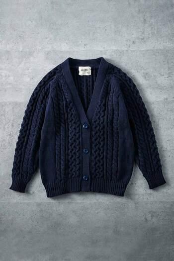 秋から冬に活躍してくれるざっくりニットもネイビーをチョイス。子供っぽくならず大人な着こなしを楽しめます。