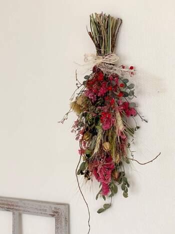 赤いお花を印象的にあしらった豪華なスワッグです。ボリュームもあって、とてもゴージャスな雰囲気がよく出ています。リボンは素朴なものをチョイスして、さりげなさもプラス。