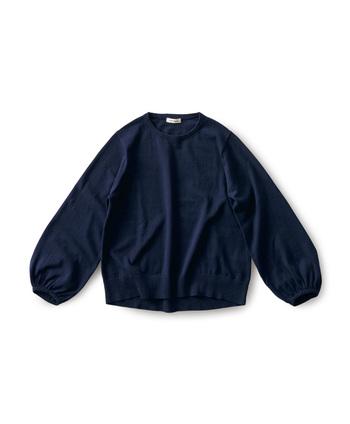 バルーン袖が可愛らしいニットは可愛らしくなりすぎてしまうことも多いのですが、ネイビーならボトムスを選ばずクールに着こなすことができます。