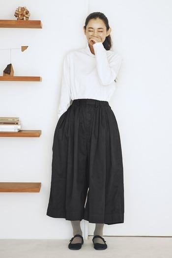 キナリノ女子にも大人気な定番になりつつある、たっぷりギャザーのスカートパンツ。