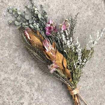 自分で作れば、ブーケにもリースにも、好きなものにアレンジできます。ブーケに入りきらなかったお花たちは、一輪挿しで楽しむのもいいですよね。きれいに咲いたお花たちは、最後までじっくり味わってあげましょう。