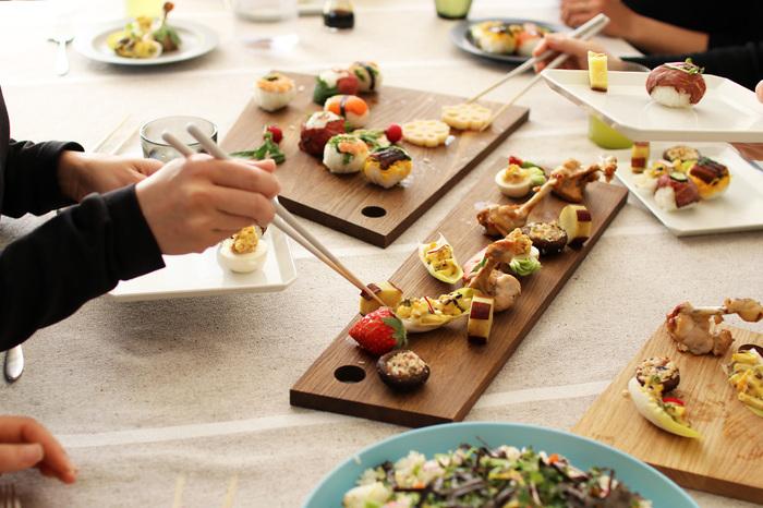 大人数のおもてなしの際、小皿を色々用意するのも良いですが後片付けも運ぶのも大変です。そんな時は木製ボードに色々並べたフィンガーフードがオススメです。