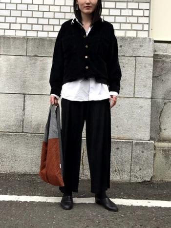 スポックシューズは、マニッシュな雰囲気が漂うのでパンツスタイルとの相性がgood!モノトーンに統一されたシックな装いも素敵です。