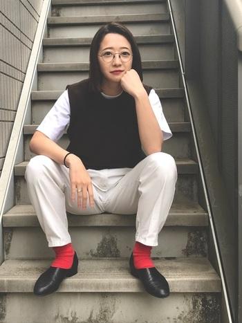 モノトーンコーデに、ボトムスと対照的なカラーの靴下を合わせれば、シンプルなコーディネートも一気にセンスアップします。