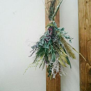 ドライフラワーといえば、やっぱり吊るして飾るものを思い浮かべることが多いですよね。放射状に広がったお花たちのラインも美しく、ぱっと目を惹くインテリアになること間違いなしです。